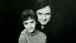 Nuori Jonathan Holiff ja Johnny Cash. Arkistokuva osin dramatisoidusta dokumenttielokuvasta Isäni ja Johnny Cash (My Father and the Man in Black). Ohjaus Jonathan Holiff.