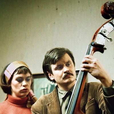 Marja Packalén ja Heikki Kinnunen tv-satiirissa Iso viulu – kaks sataa (1976).
