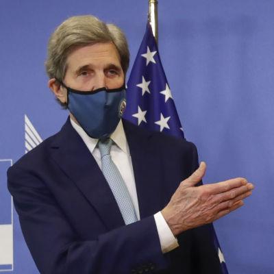 Klimatsändebudet John Kerry och klimatkommissionären Frans Timmermans håller en presskonferens i Bryssel. I bakgrunden ser man EU:s och USA:s flaggor.