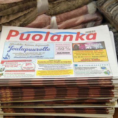 Pino Puolanka-lehteä valmiina jaettavaksi.