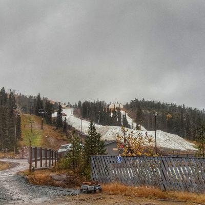 Rukan rinteille levitellän kesän ajan säilöttyä lunta lokakuun alussa 2017
