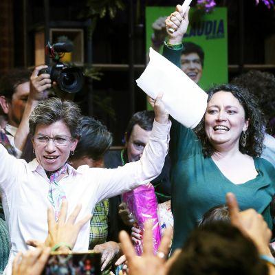 Claudia López (vas.) ja Angélica Lozano juhlivat voittoa paikallisvaaleissa Bogotassa 27. lokakuuta.