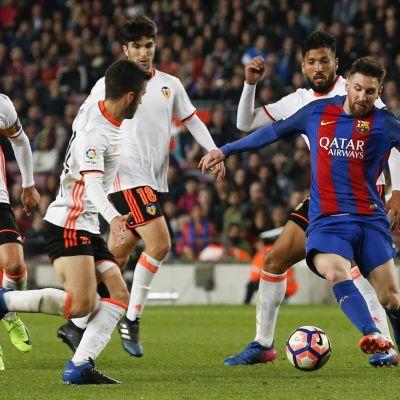 Lionel Messi gjorde två mål mot Valencia