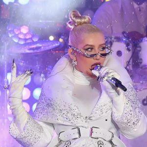 Artisten Christina Aguilera uppträder med mikrofon.