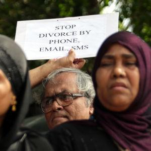 Protester mot muslimsk skilsmässopraxis i Indien.