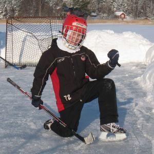 Anton Lundell poserar på uteisen 2010