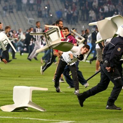 Det var bara några minuter kvar av matchen då fans tog sin i på planen