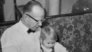 Här med pappa tittar vi på bildet ur Grimbergs Kansojen historia.
