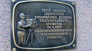 Plakat och minnesplåt över den första allmänna tv sändningen i finland