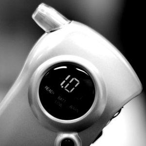 En svartvit bild på en alkometer som visar 1 promille