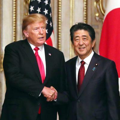 Yhdysvaltain presidentti Donald Trump ja Japanin pääministeri Shinzo Abe tapasivat Tokiossa maanantaina.