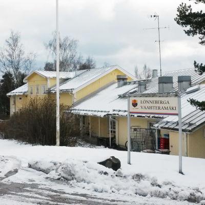 ett gult hus en snöig dag