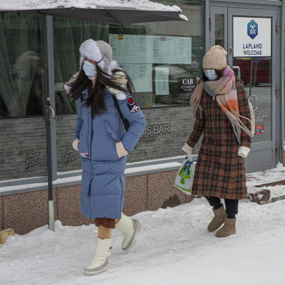 Kaksi kiinalaisturistia kävelee Rovakadulla