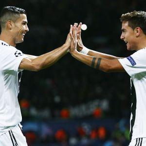 Ronaldo och Dybala firar mål.