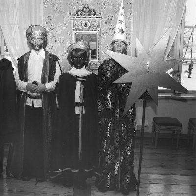 Alppilan yhteislyseon tiernapojat esiintymässä Tuomarinkylän museossa 1977