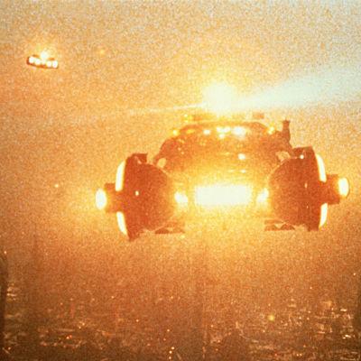 Flygande bilar över den futuristiska staden Los Angeles i filmen Blade Runner.