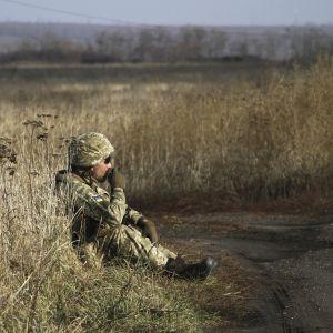 Ukrainan armeijan sotilas pitää lepotaukoa Bohdanivkan kylässä Itä-Ukrainassa.
