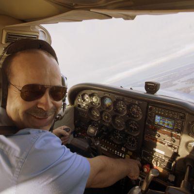 Janne Ropponen lentää Suomen Lähetyslentäjien C172 koululentokoneella. Kuva: Matti Pirhonen