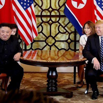 Kim Jong-Un och Donald Trump log vid presstillställning i Hanoi.