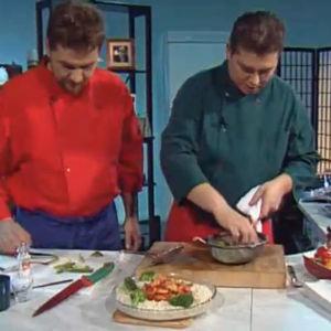 Kokki Janne Pekkala ja toimittaja Timo Nykyri valmsitavat intialaista ruokaa.