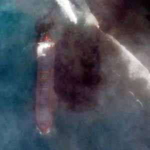 Satelliittikuva kuva tankkerista, josta on valunut öljyä mereen.