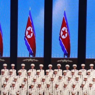 Pohjoiskorealaiskuoro esiintyi pääkaupunki Pjongjangin sisästadionilla 8. syyskuuta. Konsertista käynnistyi Pohjois-Korean 70-vuotisen itsenäisyyden juhlinta.