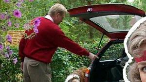 Matti Vanhanen pakkaa autoa