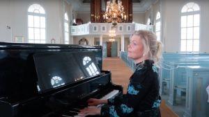 Kvinna som spelar piano.
