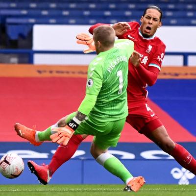 Liverpools Virgil van Dijk kolliderar med Evertons målvakt Jordan Pickford.