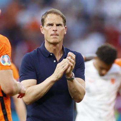Frank de Boer applåderar.