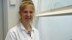 Dosentti Anna Hielm-Björkman johtaa hajuerottelututkimusta