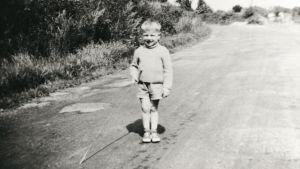 Pianisten Richard Clayderman i femårsåldern med metspå och kortbyxor.