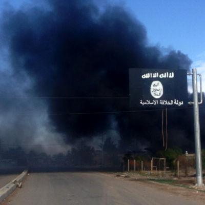 Ett brinnande hus efter att att irakisk militär återtagit byn Sa'adiya norr om Baghdad av Islamiska staten