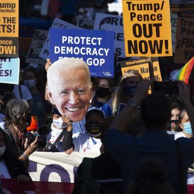 Demonstration i närheten av Vita huset 6.11.2020 till stöd för Biden.