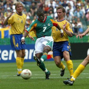 Henri Camara skjuter mål mot Sverige vid VM 2002.