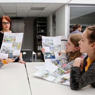 Lasten parlamentin ryhmä pohtimassa kuvien avulla, millainen luokkahuone miellyttää.