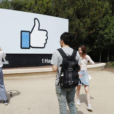 Kuvassa on like-kyltti Facebookin pääkonttorin ulkopuolella Kaliforniassa.