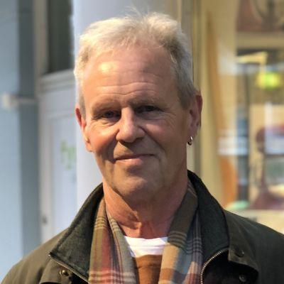 Professor Göran Djupsund intervjuad i köpcentrum i Mariehamn.
