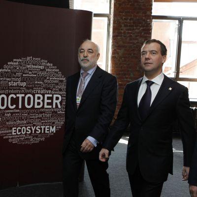 Skolkovo-säätiön puheenjohtaja Viktor Vekselberg (vas.) ja Venäjän pääministerinä nykyään toimiva Dmitri Medvedev (oik.) teknologiakeskus Digital Octoberissa, Moskovassa huhtikuussa 2011.