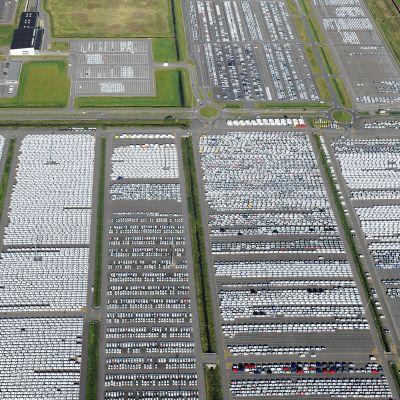 Suoraan tehtaalta tulleita Volkswagenin autoja odottamassa kuljetusta Emdenissa, Saksassa.
