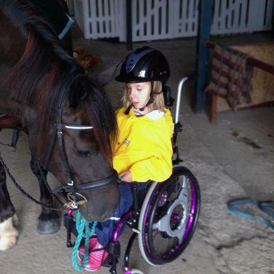 Maria tekee tuttavuutta Doris-hevosen kanssa.