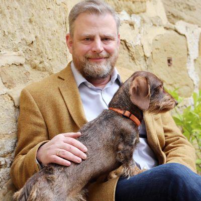 Karl Schenk Graf von Stauffenberg koira sylissään.