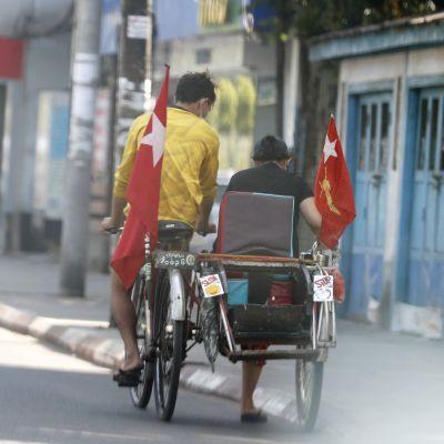 Kansallinen demokratia -puolueen lipuilla koristeltu polkupyörä.