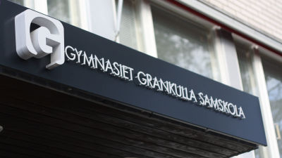 Ingången till Gymnasiet Grankulla samskola.
