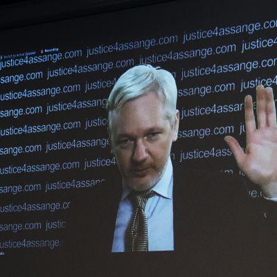 Assange osallistui videon välityksellä Frontline Clubin konferenssiin helmikuussa 2016.