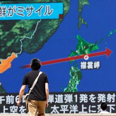 Japanilainen mies katsoi Tokiossa japanilaiskanavan tv-ohjelman lähetystä Pohjois-Korean ohjuslaukaisusta 29. elokuuta 2017.