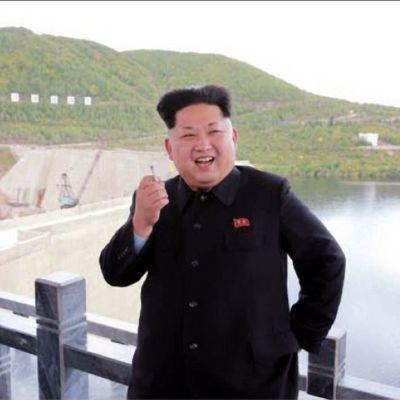 Kim Jong-un tupakan kanssa