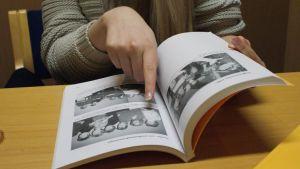När Hanna Nyberg bläddrar i Florakörens historik är det nästan som om hon skulle bläddra i sitt familjefotoalbum. Överallt finns bilder på släktingar och familjebekanta.