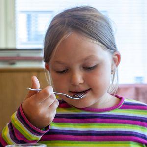 Amanda Tuppurainen syömässä kouluruokaa.