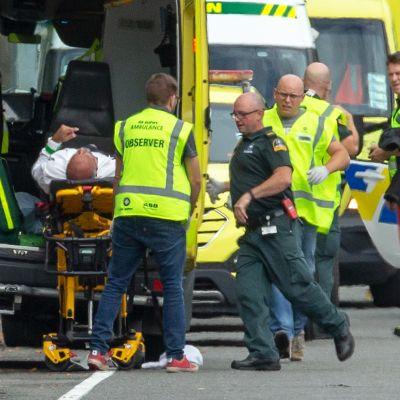 Loukkaantunutta siirretään ambulanssiin.
